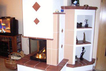Ein individueller Kachelofen mit Ablageflächen aus Kaufmann Keramik 7 kW